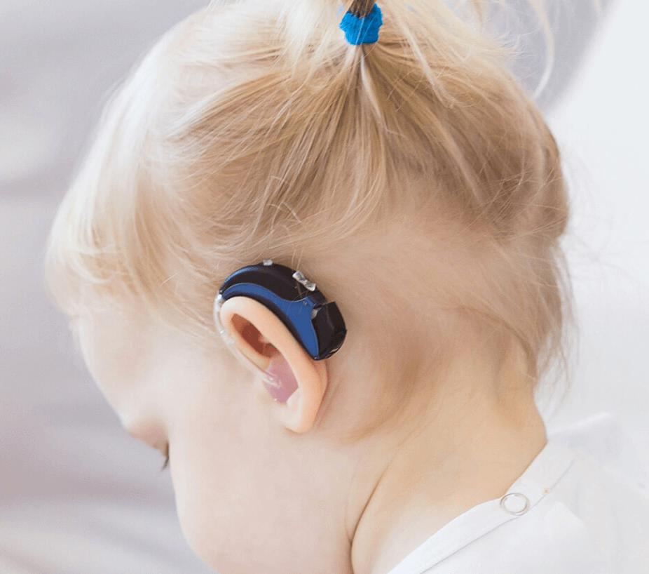 malko dete sys sluhov aparat